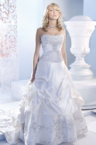 Aline wedding dress is a popular design that most petite women appreciate